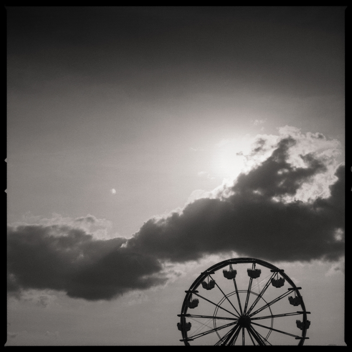 Sean Perry Photographs • Skyline, from the series Fairgrounds